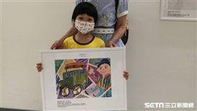 罹患血癌的弟寶參與第7屆「彩繪希望「兒童特別組,以「我與我的任意門,帶我去看吉普車」作品榮獲佳作肯定。(圖/記者楊晴雯攝)