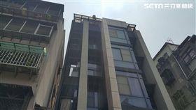 台北市北投區建民路有年輕女子獨坐6樓雨遮,男友苦勸仍執意跳下,所幸最後落在氣墊上,救護人員將她送往榮總急救(翻攝畫面)