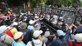 軍改案爆衝突(1)反年改團體25日下午在立法院與警察發生衝突,造成員警、記者受傷,民進黨團表示,嚴厲譴責失去理性的暴力抗爭。中央社記者張新偉攝 107年4月25日