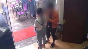 為逼老公帶小孩,她竟報警謊稱發現走失孩童。(圖/翻攝梨視頻)
