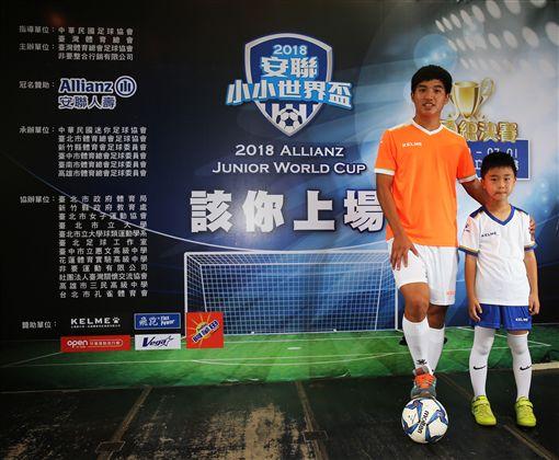 ▲吳彥澍與小小世界盃學弟。(圖/主辦單位提供)