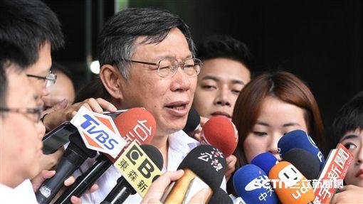 台北市長柯文哲出席內政部都市計畫委員會審查社子島都市計畫,居民舉牌抗議。 (圖/記者林敬旻攝)