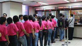 台研議開放勞動移民  印尼籲有詳細配套行政院研議開放勞動移民,考慮從新南向國引進。印尼海外勞工安置暨保護局呼籲提出詳細配套,並優先保障移工權益。圖為印尼移工前往駐印尼代表處申請赴台工作的情景。中央社記者周永捷雅加達攝  106年11月10日