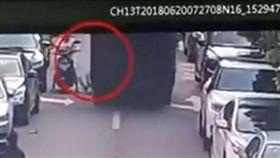 男童站電動車腳踏墊摔落亡/深圳交警權威發布微博