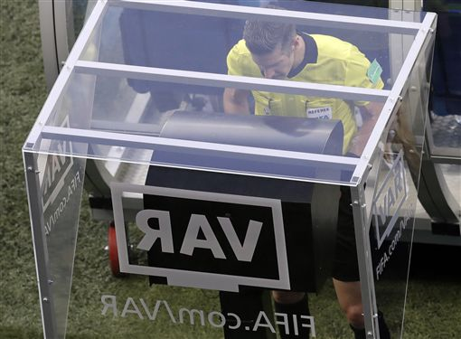 VAR首度引進世足賽。(圖/美聯社/達志影像)