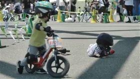 資深音樂人許常德今(26)日在臉書粉絲團分享一段日本兒童滑步車比賽的影片,其中一名選手翻車跌倒,沒想到另一名選手竟丟下自己的車,幫對手把車牽到他的身旁,間接鼓勵跌坐在地的對手爬起繼續比賽。許常德感慨地說,「如果我們的政黨能有這樣的態度被看到,一定會大獲全勝!」(圖/翻攝自Strider Japan臉書)