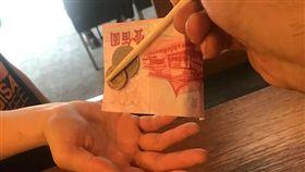 找錢,性騷擾,手背,筷子,神招,爆廢公社公開版 圖/翻攝自臉書爆廢公社公開版