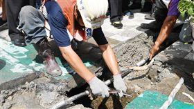 柯文哲觀看鉛管汰換台北市長柯文哲(中右)30日在台北出席「台北市鉛管汰換完成」記者會,觀看施工工人汰換最後一段鉛管,並接上新水管。中央社記者施宗暉攝  106年9月30日