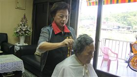 預約上山理髮!美髮師里長傳愛,貢寮義剪逾20年。(圖/中央社)