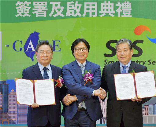 台灣與韓國27日下午在桃園機場簽署「台韓互惠使用自動通關瞭解備忘錄」(MOU)及啟用儀式,內政部長葉俊榮。(圖/內政部提供)