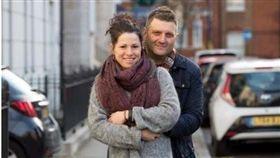 英國一名44歲男子瓦爾多(Andrew Wardle)因罹患膀胱外翻,天生沒有陰莖,無法享受性愛。後來他進行陰莖重建手術,上周完成最後治療,他現在非常期待能與女友「破處」,享受第一次性愛生活!(圖/翻攝自Metro)