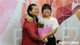 廖碧珠(左)接受C肝口服新藥將病毒完全清除重獲新生,與孝順捐肝的女兒(右)開心相擁。(圖/記者楊晴雯攝)