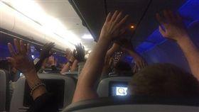 美國捷藍航空爆劫機驚魂,乘客被特警要求舉起雙手,更有人大喊「死定了」。翻自《鏡報》