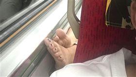 杯架當腳架?他搭火車打盹 頭往後躺…聞「鹹魚味」秒清醒 圖/翻攝自爆廢公社臉書