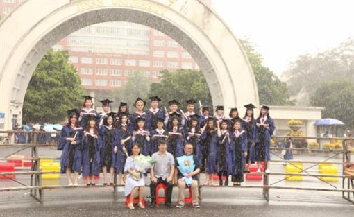 廣州暨南大學學生淋與拍畢業照/南方都市報