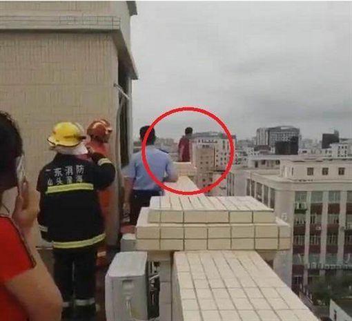 爬11樓欲輕生!男堅持3小時不跳 群眾搬凳子「看好戲」圖翻攝自網易
