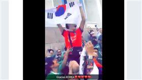 墨西哥球迷舉起韓國球迷。(圖/翻攝自推特)