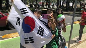 墨西哥與韓國球迷同慶勝利。(圖/美聯社/達志影像)
