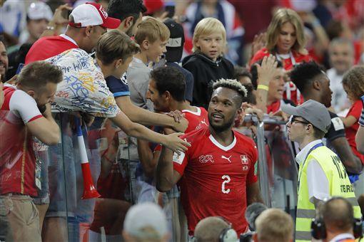 瑞士在取勝後,接受邊場球迷的道賀。(圖/美聯社/達志影像)
