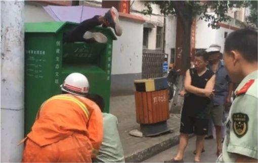 最糗竊賊!半裸男偷東西失手 糗卡舊衣回收箱 圖/翻攝自梨視頻