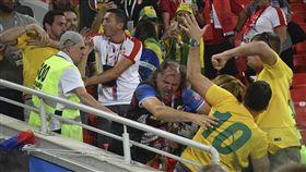 俄世足首起球迷衝突 女球迷被打爆哭 世足,世界盃,俄羅斯,球迷,打架,巴西,塞爾維亞 (圖/美聯社/達志影像)
