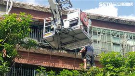 台北市萬華區嫩妹因感情生變想跳樓,警消升雲梯車將她救下,結束一場虛驚(翻攝畫面)