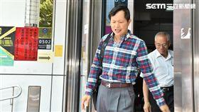 台灣國辦公室執行長陳峻涵向台北市長柯文哲丟鞋,遭到現場警員壓制後逮捕,訊後依違反社維法函送法辦(翻攝畫面)