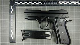 管理公司清理士林市場的置物櫃時,赫見改造手槍1把及子彈14顆,隨即聯繫警方前來採證。(翻攝畫面)