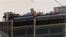 畢業後的學生都是在玩這個嗎?高中生爬屋頂玩命(圖/翻攝自爆料公社)
