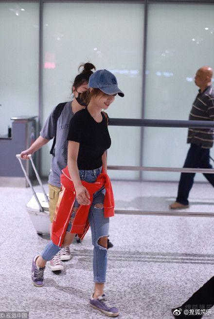 ▲蔡依林現身上海機場時,打扮看似簡單休閒。(圖/翻攝自微博)