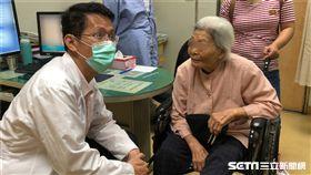 光田綜合醫院大腸直腸外科主任吳喬森(左)為90歲的蔡阿嬤看診。(圖/光田綜合醫院提供)