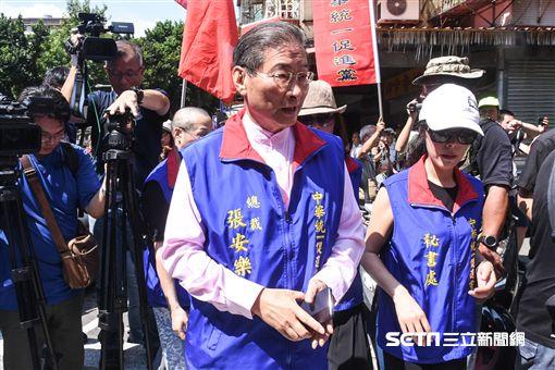 總統蔡英文出席三軍六校畢業典禮,場外抗議蔡英文下台,統促黨張安樂。 (圖/記者林敬旻攝) ID-1422359