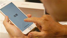 果迷試用新機(1)蘋果iPhone 8系列新機22日正式開賣,亞太電信高雄建國門市推出限量優惠,果迷在付款後立即檢查手機功能。中央社記者董俊志攝  106年9月22日