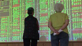 台股開低走低(2)台北股市28日開低走低,終場下跌46.75點、跌幅0.44%、收在10654.28點,成交值新台幣1313.99億元。中央社記者董俊志攝 107年6月28日