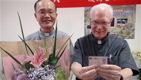 來台服務46年 美籍神父安德森成台灣人沙鹿天主堂美籍神父安德森(右)來台服務46年,他動員教友收集民生物資,籌組物資銀行,長期關懷及照顧弱勢,台中市政府27日轉發身分證給安德森,成為台中市第2名殊勳歸化為市民的外籍人士。中央社記者蘇木春攝 107年6月27日