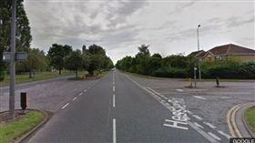 剛拿到駕照的老翁在超市路口撞死一名婦人。(圖/翻攝BBC NEWS)