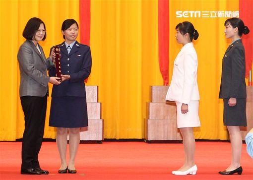 蔡英文總統頒發畢業證書給官校畢業生代表。(記者邱榮吉/攝影)