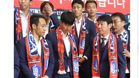 ▲韓國隊球星孫興慜回國被丟雞蛋。(圖/截自韓國媒體)