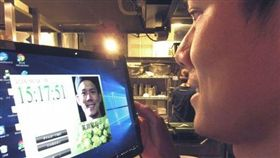 ▲員工用微笑上下班打卡(圖/翻攝自北海道新聞)