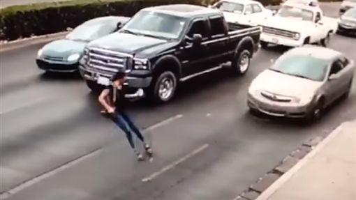 墨西哥,馬路,高跟鞋,驚悚,講電話,分心,車禍,車底https://www.youtube.com/watch?v=-cEPsvRIEFA