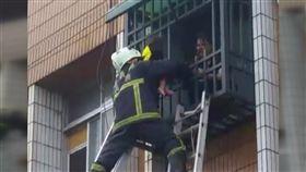 嘉義民宅火警民眾受困 救難人員破壞鐵窗搶救1歲女嬰 SOT