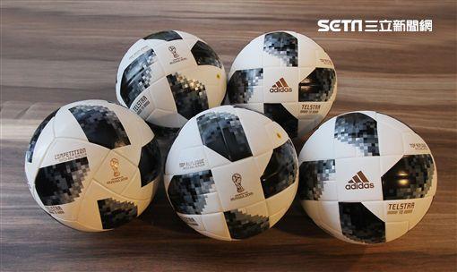本屆世足賽比賽用球。(圖/記者邱榮吉攝影)