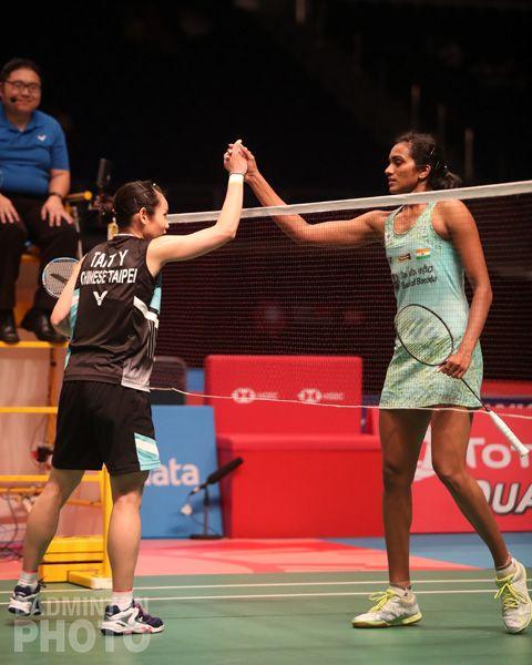 戴資穎(左)賽後與辛度握手。(圖/Badminton Photo提供)