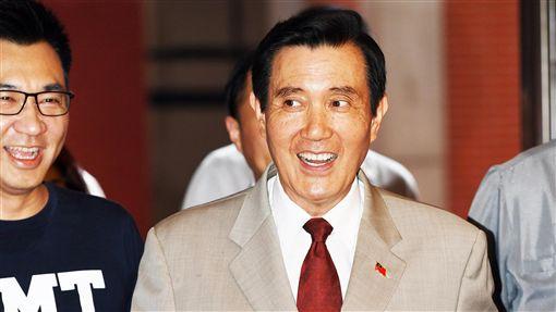 馬英九出席國會青年體驗營(1)前總統馬英九(右)30日在立法院出席「青島東很多派對」第3屆國會青年體驗營講座,進場時向一旁守候的媒體致意。中央社記者施宗暉攝 107年6月30日