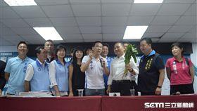 國民黨現任市議員、參選市議員在記者會尾聲,搶先與侯友宜合照。(圖/記者林惟崧攝)