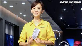 元氣女神陳意涵擔任一日店長與粉絲玩自拍,PK最美的鬼臉。(記者邱榮吉/攝影)
