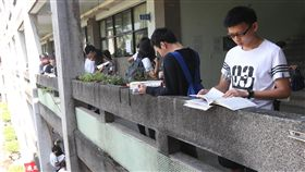 指考首日(2)107學年度大學指考1日登場,首日考物理、化學、生物,學生在考前溫書,做最後衝刺。中央社記者吳家昇攝 107年7月1日