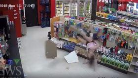 加拿大一名29歲女賊伯克(Britanny Burke)與男友帕里索(Richard Pariseau)到超商盜刷信用卡,結果被店員識破。伯克為了躲警察爬到天花板,沒想到她的體重太重,竟把天花板被壓垮,最後慘摔在地被警方當場逮捕。(圖/翻攝自YouTube《Original Jedi Watching》)