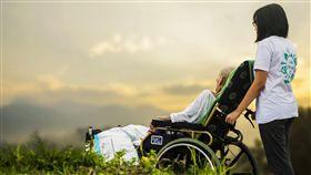 照顧中風父10多年…房產卻沒份 她盜領光爸爸帳戶被弟告 長照,輪椅,看護,圖/翻攝自Pixabay