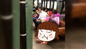 刮腿毛,美國,紐約,地鐵,腿毛,泡沫,避諱,眼光,噁心,刮鬍泡, 圖/翻攝自YouTube https://goo.gl/cFqmho